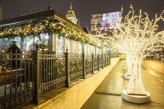 Decoración de los días de fiesta del Año Nuevo de la Navidad en Moscú en la noche, Rusia Fotos de archivo