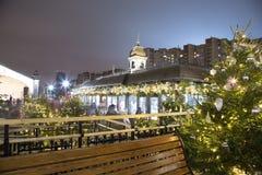 Decoración de los días de fiesta del Año Nuevo de la Navidad en Moscú en la noche, Rusia Imagen de archivo