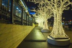 Decoración de los días de fiesta del Año Nuevo de la Navidad en Moscú en la noche, Rusia Imagen de archivo libre de regalías