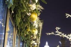 Decoración de los días de fiesta del Año Nuevo de la Navidad en Moscú en la noche, Rusia Foto de archivo