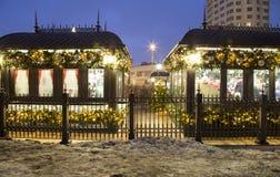 Decoración de los días de fiesta del Año Nuevo de la Navidad en Moscú en la noche, Rusia Fotografía de archivo