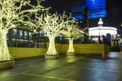 Decoración de los días de fiesta del Año Nuevo de la Navidad en Moscú en la noche, Rusia Fotos de archivo libres de regalías