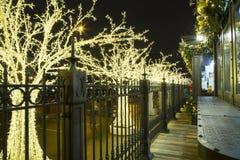 Decoración de los días de fiesta del Año Nuevo de la Navidad en Moscú en la noche, Rusia Imagenes de archivo