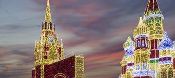 Decoración de los días de fiesta del Año Nuevo de la Navidad en Moscú en la noche, Rusia Foto de archivo libre de regalías