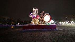 Decoración de los días de fiesta del Año Nuevo de la Navidad en Moscú en la noche, Rusia metrajes