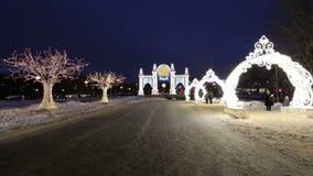 Decoración de los días de fiesta del Año Nuevo de la Navidad en Moscú en la noche, Rusia almacen de video