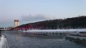 Decoración de los días de fiesta del Año Nuevo de la Navidad en Moscú en la noche, Rusia almacen de metraje de vídeo