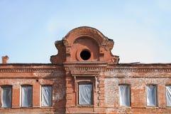 Decoración de los edificios viejos, estatuas de la escuela vieja Foto de archivo libre de regalías