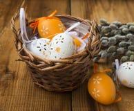 Decoración de los huevos de Pascua en cesta de mimbre Imagen de archivo libre de regalías