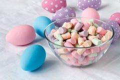 Decoración de los huevos de Pascua en la tabla Imagenes de archivo