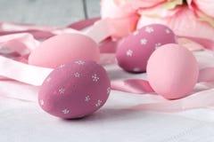 Decoración de los huevos de Pascua en la tabla Fotografía de archivo libre de regalías