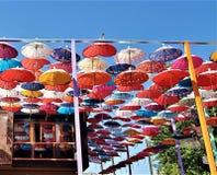 Decoración de los paraguas en la calle de la ciudad de Kemer, Antalya, Turquía imagenes de archivo