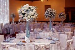 Decoración de lujo de la boda con los floreros del flor y de cristal con las joyas encendido Foto de archivo libre de regalías