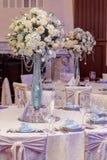 Decoración de lujo de la boda con los floreros del flor y de cristal con las joyas encendido Fotografía de archivo libre de regalías