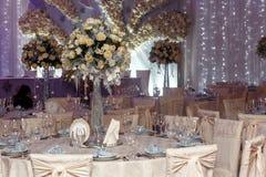 Decoración de lujo de la boda con los floreros del flor y de cristal con las joyas encendido Fotos de archivo libres de regalías