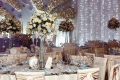 Decoración de lujo de la boda con los floreros del flor y de cristal con las joyas encendido Imagen de archivo libre de regalías