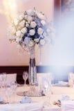 Decoración de lujo de la boda con los floreros del flor y de cristal con las joyas encendido Imágenes de archivo libres de regalías