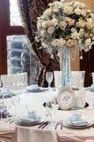 Decoración de lujo de la boda con los floreros del flor y de cristal y número de Fotos de archivo libres de regalías