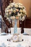 Decoración de lujo de la boda con los floreros del flor y de cristal y número de Fotografía de archivo