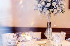 Decoración de lujo de la boda con los floreros del flor y de cristal y número de Fotografía de archivo libre de regalías