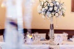 Decoración de lujo de la boda con los floreros del flor y de cristal y número de Foto de archivo