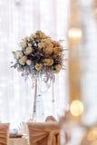 Decoración de lujo de la boda con los floreros del flor y de cristal y número de Fotos de archivo