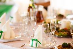 Decoración de lujo elegante de las tablas para una cena Foto de archivo libre de regalías