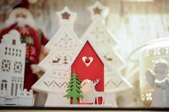 Decoración de madera de la Navidad - casa con los ciervos Imagen de archivo libre de regalías