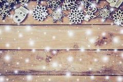 Decoración de madera de la Navidad con blanco como la nieve en el ingenio de madera del fondo Fotografía de archivo libre de regalías
