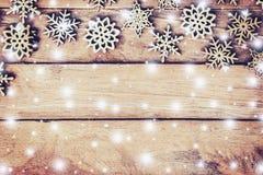 Decoración de madera de la Navidad con blanco como la nieve en el ingenio de madera del fondo Foto de archivo libre de regalías