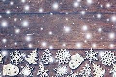 Decoración de madera de la Navidad con blanco como la nieve en el ingenio de madera del fondo Fotografía de archivo