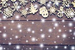 Decoración de madera de la Navidad con blanco como la nieve en el ingenio de madera del fondo Imagen de archivo libre de regalías