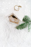 Decoración de madera de la Navidad de la casa del pájaro en el fondo blanco de la nieve Fotografía de archivo libre de regalías