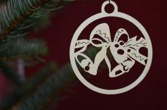 Decoración de madera de la Navidad en árbol Fotos de archivo