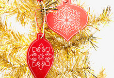 Decoración de madera de la Navidad en árbol amarillo Fotos de archivo