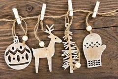 Decoración de madera de la Navidad que cuelga sobre fondo de madera Imagen de archivo