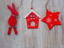 Decoración de madera de la Navidad - sobre casa y la estrella de madera de la Navidad del fondo Fotografía de archivo libre de regalías