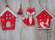 Decoración de madera de la Navidad - sobre casa y la estrella de madera de la Navidad del fondo Fotos de archivo