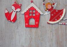 Decoración de madera de la Navidad - sobre casa y la estrella de madera de la Navidad del fondo Imagenes de archivo