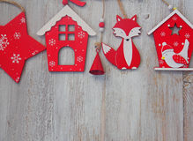 Decoración de madera de la Navidad - sobre casa y la estrella de madera de la Navidad del fondo Imagen de archivo