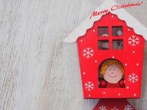Decoración de madera de la Navidad - sobre casa y la estrella de madera de la Navidad del fondo Imágenes de archivo libres de regalías
