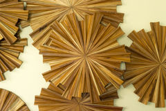 Decoración de madera en interior de la pared fotos de archivo