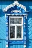 Decoración de madera en ventana rusa tradicional Imagen de archivo libre de regalías