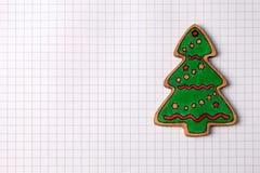 Decoración de madera hecha a mano del árbol de navidad en el papel ajustado Imagen de archivo