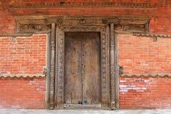 Decoración de madera hecha a mano del doorframe y de la pared en Katmandu, Nepal Foto de archivo libre de regalías