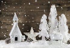 Decoración de madera marrón blanca de la Navidad con las estrellas, la nieve y chu Imagen de archivo libre de regalías