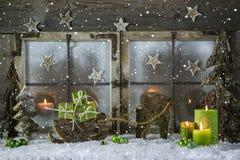 Decoración de madera natural de la Navidad con las velas y prese verde Fotos de archivo libres de regalías