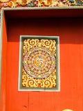 Decoración de madera tallada tradicional de Bhután en puerta roja Fotos de archivo libres de regalías