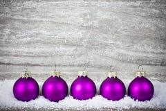 Decoración de Navidad con las bolas púrpuras foto de archivo libre de regalías
