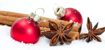 Decoración de Navidad con las bolas rojas Foto de archivo libre de regalías